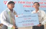 Công ty TNHH United International Pharma: Tặng 100 triệu đồng cho Trung tâm Dạy nghề người tàn tật Bình Dương