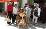 Hội Chữ thập đỏ tỉnh tặng quà người nghèo, người già neo đơn