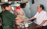 Thăm và tặng quà tết cho cán bộ qua các thời kỳ và lực lượng vũ trang huyện, thị
