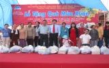 Trên 100 triệu đồng tặng quà cho người nghèo