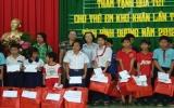 Hội Chữ thập đỏ tỉnh tặng quà cho người nghèo, tàn tật