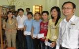 Trao nhà Đại Đoàn Kết và tặng quà người nghèo, sinh viên