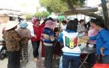 Phát thức ăn, nước uống miễn phí cho bà con đi viếng chùa Bà
