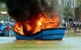 Cháy tàu cá chở 5.000 lít dầu