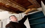 Phát hiện kho báu tiền vàng 1 triệu USD trên trần nhà