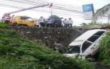 Taxi Vinasun rơi xuống kênh, tài xế may mắn thoát nạn