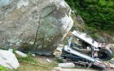 Đá rơi trúng xe khách, 5 người thiệt mạng
