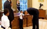 Câu chuyện đằng sau bức ảnh cậu bé sờ đầu Tổng thống Obama