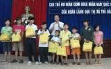 Lãnh đạo TX.TDM tặng quà cho trẻ em có hoàn cảnh đặc biệt khó khăn