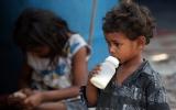 Ấn Độ: Bắt 4 đối tượng bán sữa pha với... nước cống