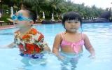 Giúp trẻ bơi lội an toàn trong dịp hè