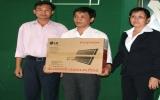 Tặng 2 bộ máy vi tính cho Hội Người mù TX.Thuận An