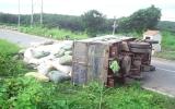 Xe tải lật trút hàng chục tấn phế liệu xuống đường