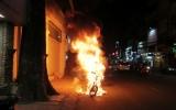 Xe máy đang chạy bốc cháy dữ dội trên đường