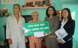Vietcombank Sóng Thần tặng quà cho gia đình chính sách