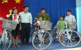 Niềm vui có xe đạp mới của 3 học trò mồ côi
