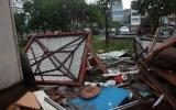 Ít nhất 4 người chết do bão, cứu 50 người bị cuốn ra biển