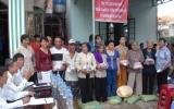 Khu phố Bình Thuận II, phường Thuận Giao, TX Thuận An tặng quà cho công nhân và hộ nghèo