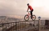 Chàng trai đi xe đạp điêu luyện