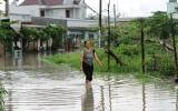 Mưa gây ngập đường vào nhà dân