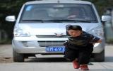 Bé trai 7 tuổi kéo cả ôtô