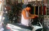Mưu sinh với nghề dán keo xe