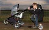 Ông bố trẻ chế tạo xe đẩy nhanh nhất thế giới