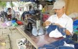 Mưu sinh với nghề sửa quần áo đường phố