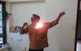Người đàn ông tự thắp sáng bóng đèn