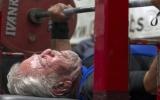 91 tuổi vừa nằm vừa nâng tạ 85 kg
