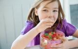 5 nhóm thực phẩm nên hạn chế cho trẻ ăn