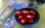 Khai vị hoàn hảo với thịt xông khói cuộn cà chua bi