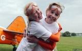 Hai bé gái 9 tuổi lập kỷ lục đi trên cánh máy bay