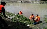 Phường Phú Cường (TP.TDM) ra quân vớt rác, lục bình, khơi thông dòng chảy