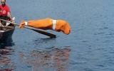 Bơi 2 km khi toàn thân bị trùm kín