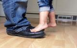 Theo bước chân con