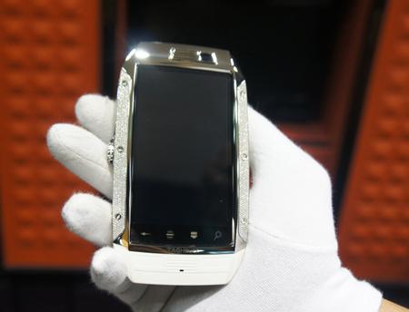 Máy có màn hình 3,5 inch và bộ vi xử lý tốc độ 1GHz.