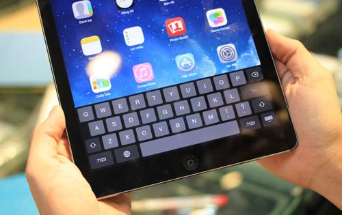 Trọng lượng của iPad Air chỉ nặng 469g (phiên bản WiFi) và 478g (phiên bản 4G). Cầm trên tay cảm giác rất nhẹ nhàng và chắc chắn