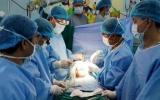 Phẫu thuật thành công ca song sinh dính liền bụng và ngực