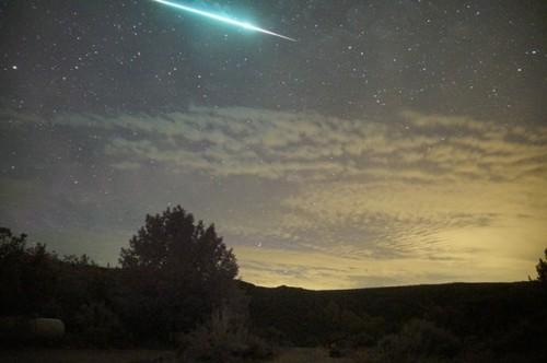 ao băng Perseid rực sáng, lướt qua những đám mây ở khu vực Embudo, bang New Mexico, Mỹ. Ảnh: Mike Lewinski.