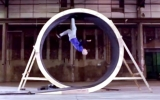 Người đầu tiên có thể chạy trong vòng tròn 360 độ