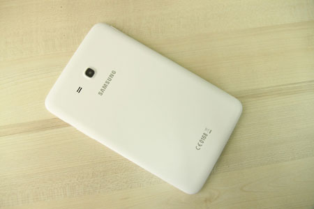 Thiết kế mặt sau vân da giống với dòng điện thoại Galaxy Note 3 của Samsung.