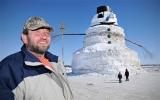Dành hàng trăm giờ đắp người tuyết cao 15 m