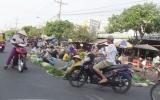 Lòng đường biến thành… chợ
