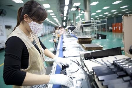 Công nhân lắp ráptrong dây chuyền sản xuất TV LEDphổ thông