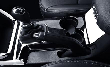 Với giá bán rẻ nhất trong số các mẫu Sorento mới, phiên bản máy dầu số sàn này được trang bị