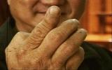Bổ dừa bằng 1 ngón tay