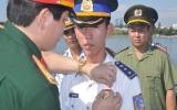Trao tặng huy hiệu cho hai thuyền trưởng tàu cảnh sát biển