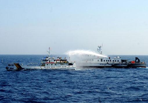 Liên tục nhiều ngày qua tàu Trung Quốc thường đâm va và phun vòi rồng vào các tàu Việt Nam đang làm nhiệm vụ chấp pháp tại vùng biển Hoàng Sa