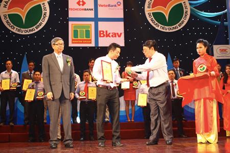 Đại diện Bkav nhận chứng nhận Top 10 Hàng Việt tốt- Dịch vụ hoàn hảo.